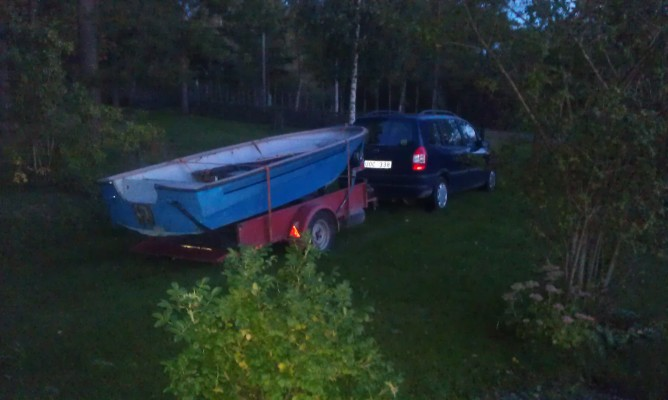 Övrig - Plastbåt längd 4,20 med elmotor lämplig för fiske ingår sommartid.