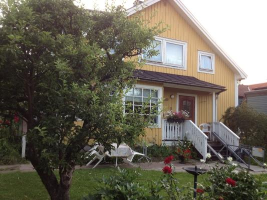På sommaren - Ingång från trädgård.