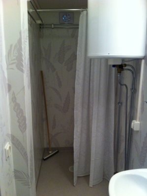 Badrum - dusch och varmvattensberedare