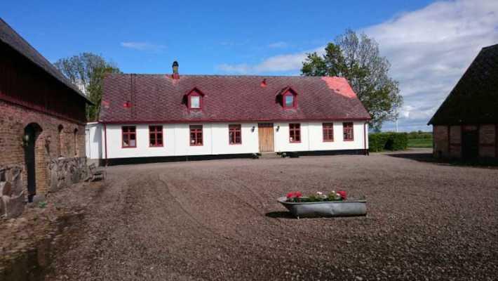 På sommaren - Gårdens huvudbyggnad och gårdsplanen.