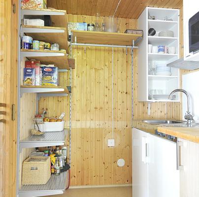 Kök - I det lilla arbetsköket finns allt som behövs för ett självhushåll. Rent och fräscht.