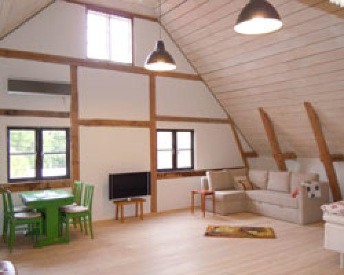 Vardagsrum - Allrum med köksbord, Tv, stereo, bäddsoffa, två sängar.
