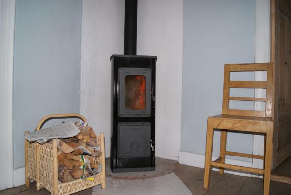 Interiör - vedeldad kamin i vardagsrummet