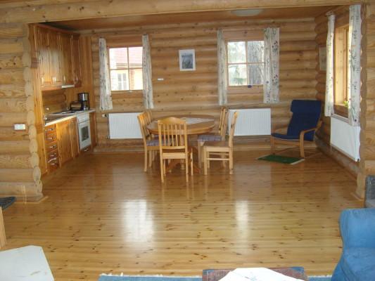 Kök - Öppen planlösning, vardagsrum och kök i ett. Till höger veranda dörr och direkt ut till vacker utsikt och frukost!