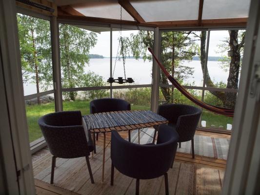 Interiör - Inglasad veranda med två sittgrupper och infravärme.