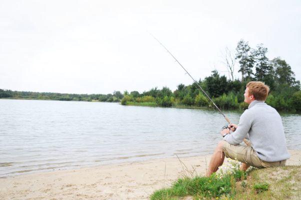 på sommaren - Fiske vid den intilliggande sjön.