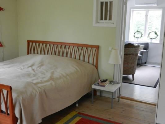 Sovrum - Sovrum på övervåningen med klassisk Carl malmstens säng mwd plast för 2-3 personer. I rummet får med lättet plats en extrasäng. Stor garderob.