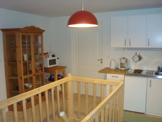 Kök - Kökspentry med spis, kyl, diskbänk, micro, kaffebryggare, vattenkokare, köksredskap mm.