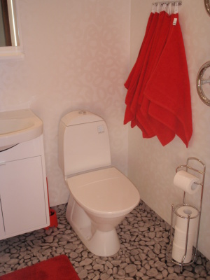 Badrum - badrum med dusch, WC, handdukstork och golvvärme.
