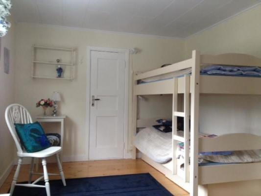 Sovrum - I detta trevliga sovrum finns en rejäl våningssäng och en enkelsäng.
