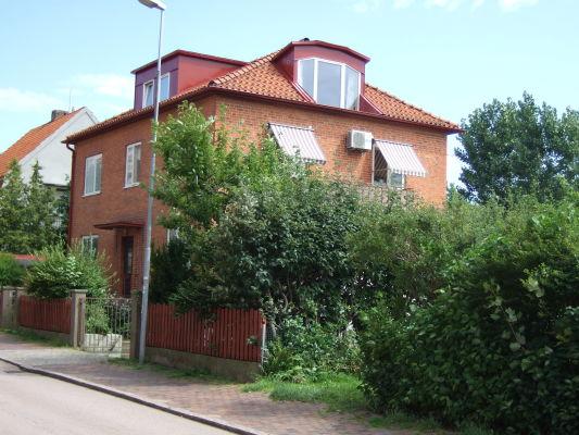 På sommaren - huset med lägenheten