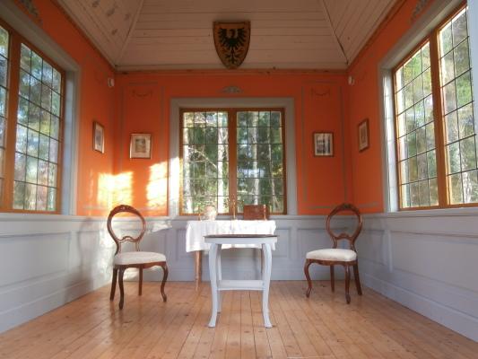 asset.ADDITIONAL_HOUSES - lusthus för en sval stund på aftonen med en kopp te och cigarr med klangen från den elektriskt drivna slaghammaren på vällingklockan från 1834