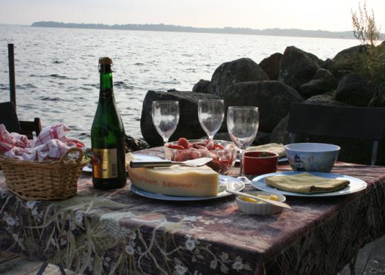 på sommaren - Fina kvällar kan man duka upp middagen direkt vid sjökanten