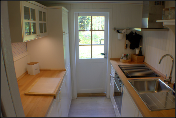Küche - Küche mit Hinterausgang zur Terrasse und Wirtschaftsraum