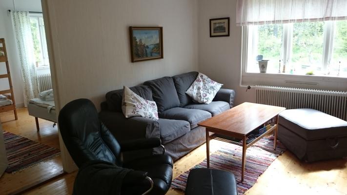 Vardagsrum - Bekväm soffa tresitts, samt två fotpallar