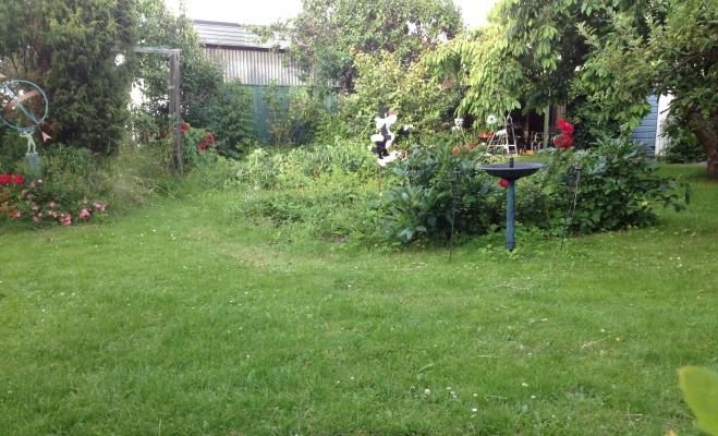 Utomhus - Stor lummig trädgård i lugnt kvarter. Grillplats i hörnet.