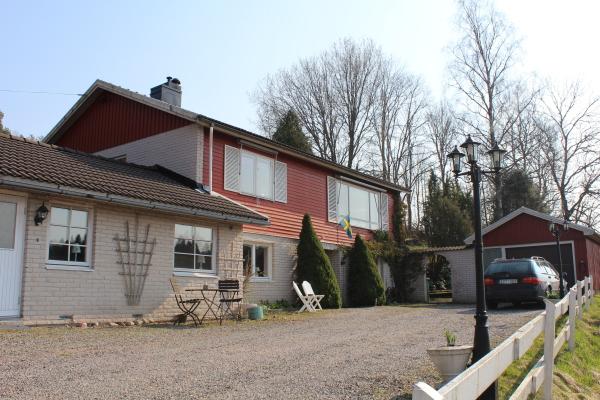 På sommaren - Två lägenheter i detta hus, aktuell lägenhet är i den låga, vänstra delen