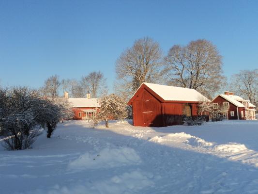 på vintern - Vinterbild från gården. Bild på både huvudbyggnaden, portalhuset och uthyrningshuset.