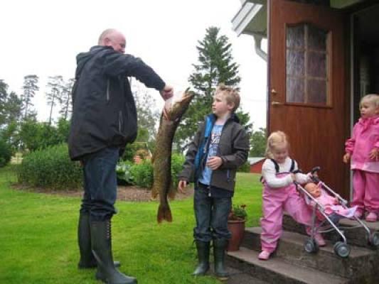 Övrig - Gäster som fångat en stor Gädda (605 kg och 100 cm lång)