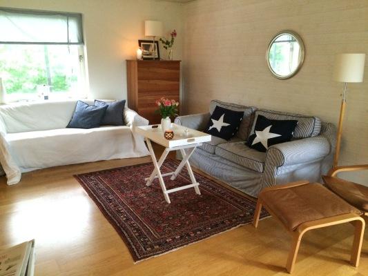 Vardagsrum - Sofforna i vardagsrummet som är vända mot öppna spisen och tv:n.