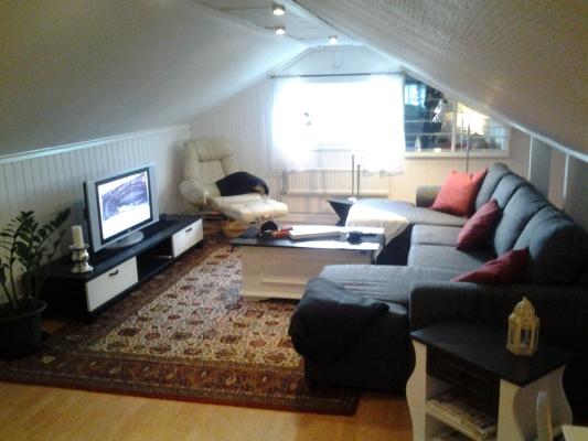 Vardagsrum - vardagsrummet med tv o en rymlig soffa