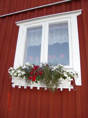 På sommaren - Storstugans sovrumsfönster