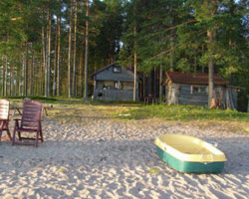 på sommaren - Stugan sedd från stranden i väster.