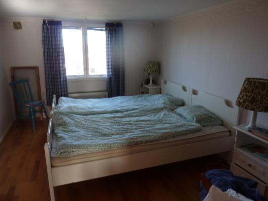 Sovrum - Större sovrum åt norr, med stor klädgarderob