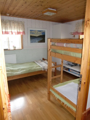 Sovrum - Ett sovrum med en enkelsäng och en våningssäng.