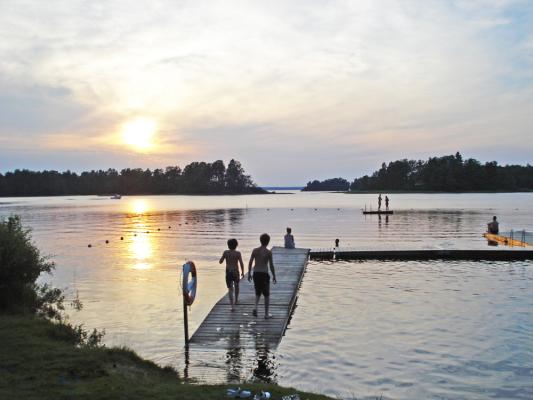 Umgebung - Kinderfreundliche naher Badeplats am See Bolmen