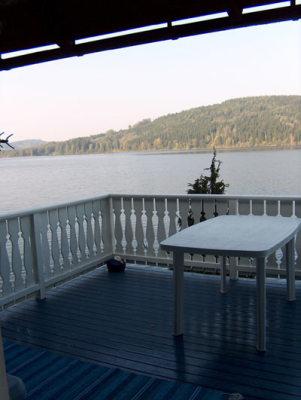 På sommaren - sjöutsikt från altanen
