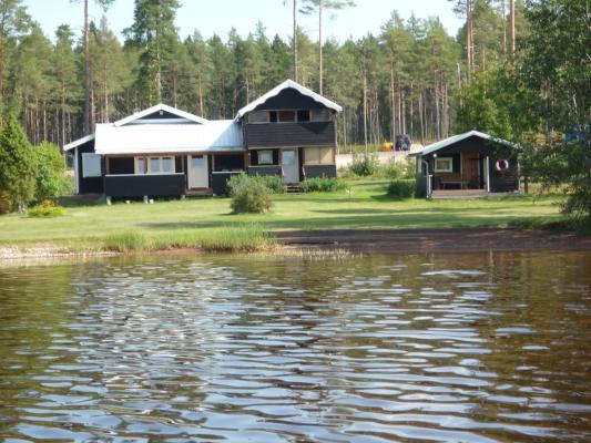 På sommaren - Vy på huset från sjön