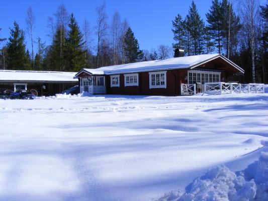 På vintern - Stugan med tillhörande garage.