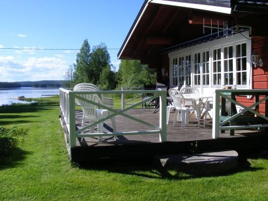 Terrass - Veranda med grill och utemöbler.
