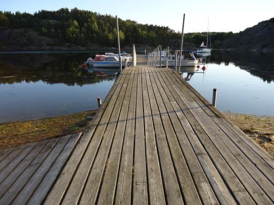 på sommaren - Från bryggan kan man fiska. Båtplats kan hyras.
