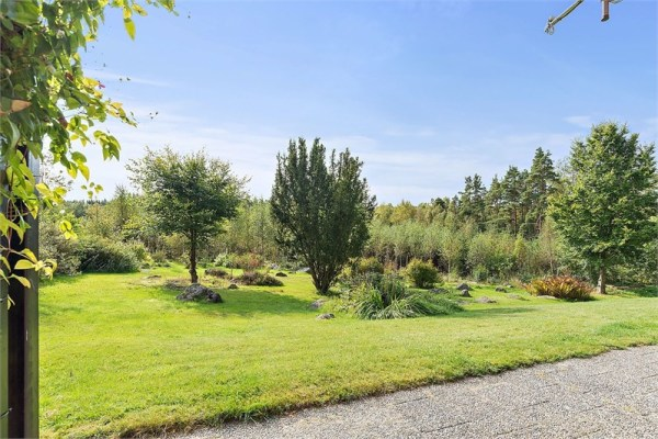 på sommaren - Total tomtareal 4000 m2, varav ca 600 m2 gräsmatta, resten naturtomt. Helt ostört läge, ingen insyn från grannar