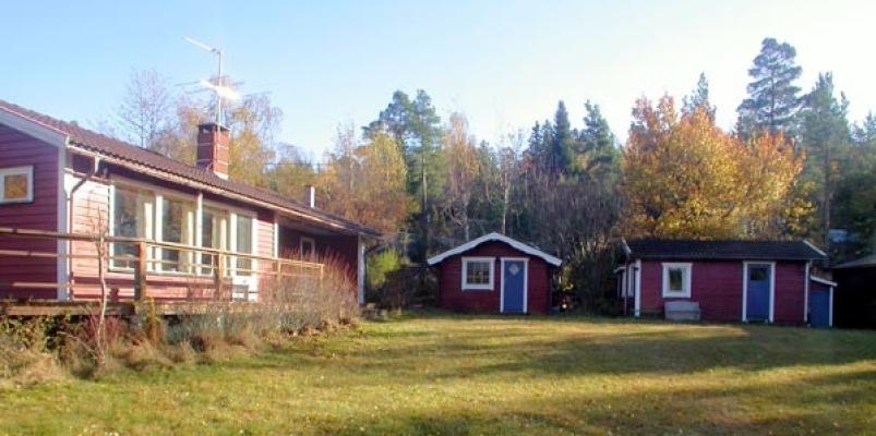 Ansicht Sommer - Haus im Herbst