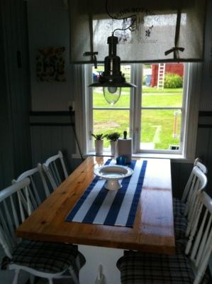 Kök - kökbord med 6 stolar mot innergård