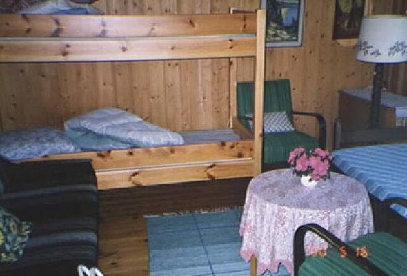 Interiör - kombinerad sov-allrum med våningssäng, bäddsoffa samt enkel säng