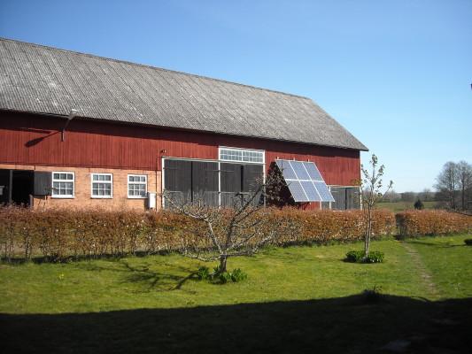 På sommaren - Solceller vid ingången till Sjöladan