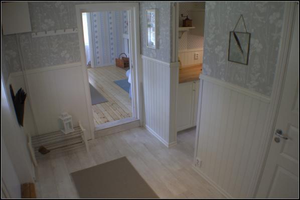 Innen - Diele mit Blick ins Wohnzimmer und rechts Zugang zur Küche