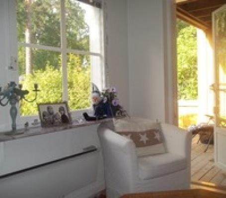 Sovrum - Utgång från sovrum/vardagsrum till terrass och liten trädgård