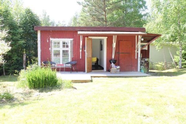 asset.ADDITIONAL_HOUSES - Gäststuga med plats för två personer, samt förråd för grill och gräsklippare.