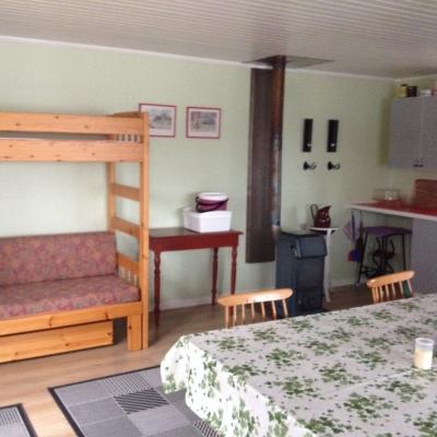 Interiör - Våningssäng med utdragsbädd, plats för 4 personer, innehåller madrasser och kuddar.
