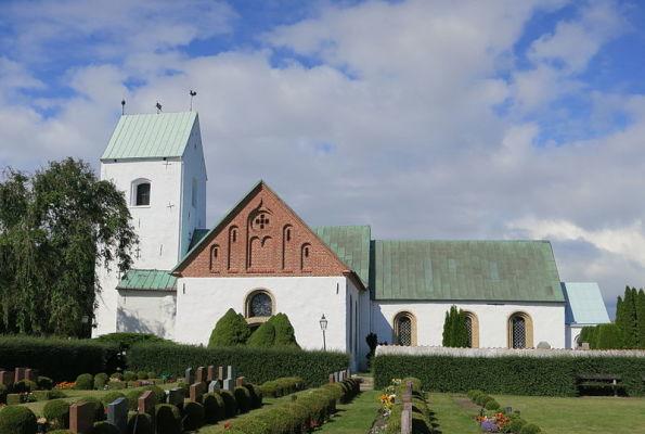 på sommaren - Kyrkan i Vellinge (3 minuters gångavstånd).