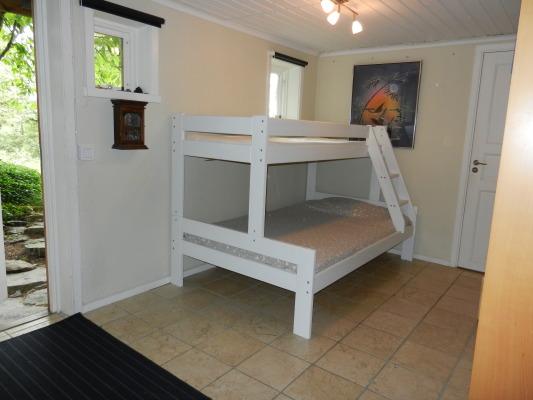 Sovrum - I bottenvåningen finns det första sovrummet med familjesängen med plats för 3 personer (2+1)