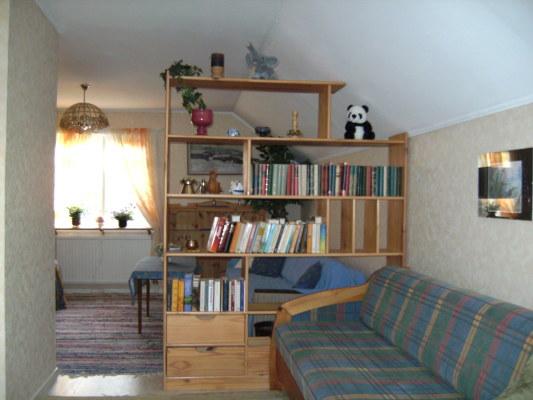 Vardagsrum - sovrum med bäddsoffa i övre våningen