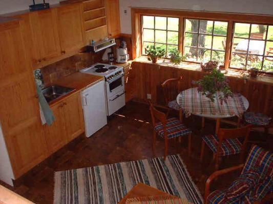 Kök - Kök i vardagsrum med fin matplats. Här har du utsikt över trädgården.