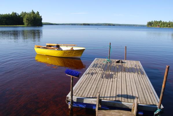 på sommaren - Bryggan med båten