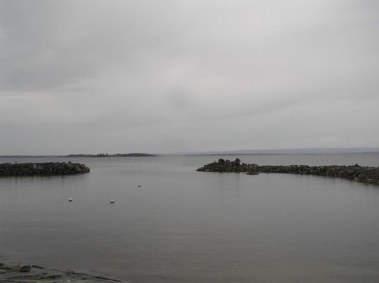 Övrig - Vy ut över havet från småbåtshamnen, ca 200 meter från stugan. Roddbåt finns att låna liksom flytvästar och fiskenät. Här kan man få både stora fina sikar och havsaborre.